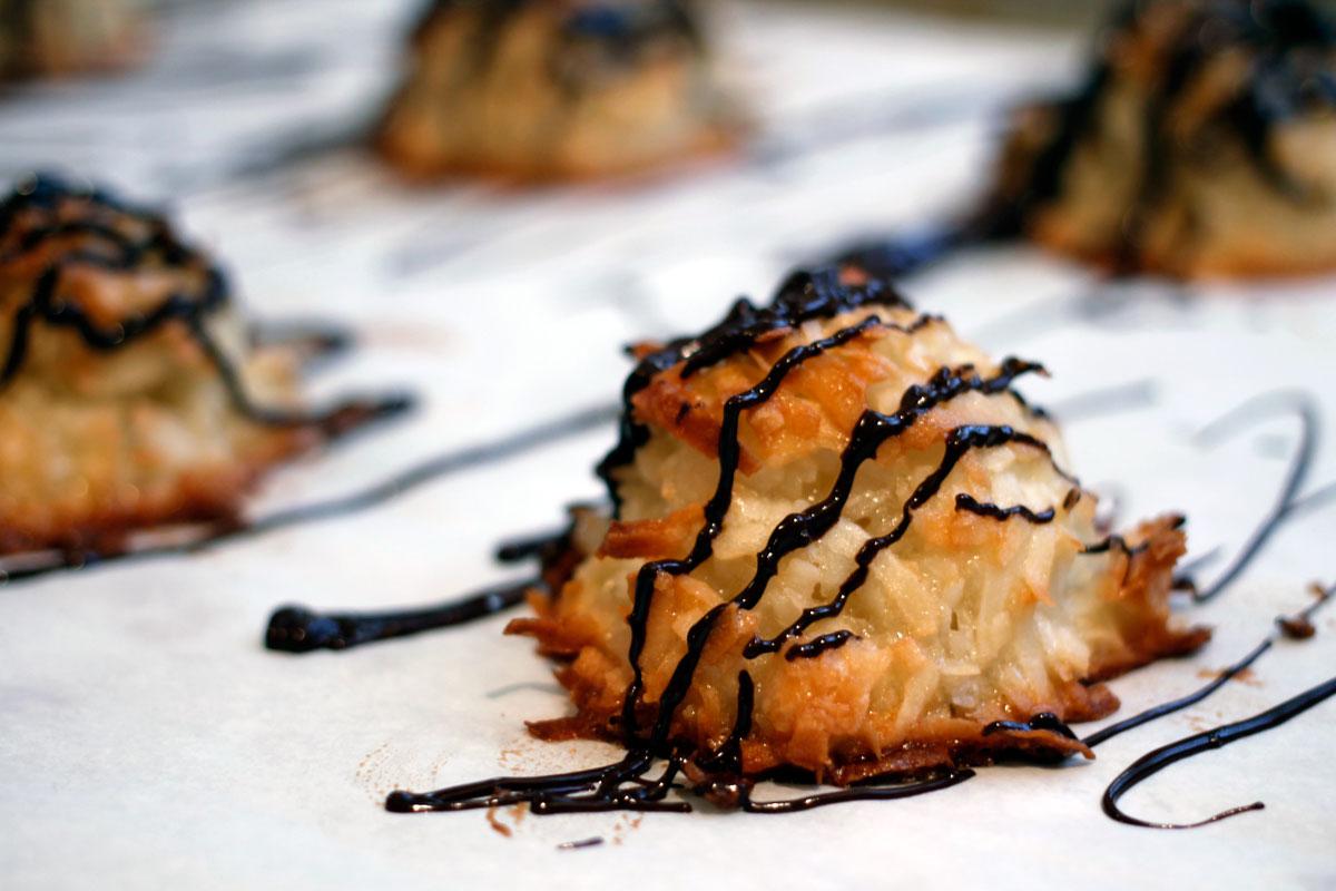 Coconut Macaroons | Hugs 'n Kitchen